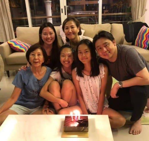 Hình ảnh Adam Khoo facebook cùng gia đình